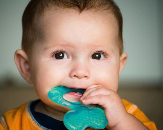Что делать, когда у ребенка режутся зубы