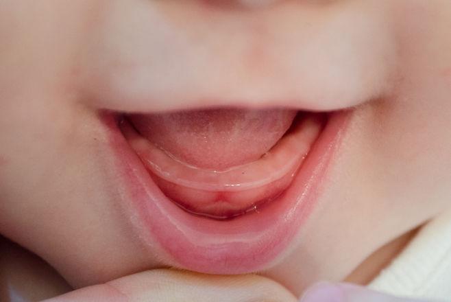 Когда появляются первые зубы у детей